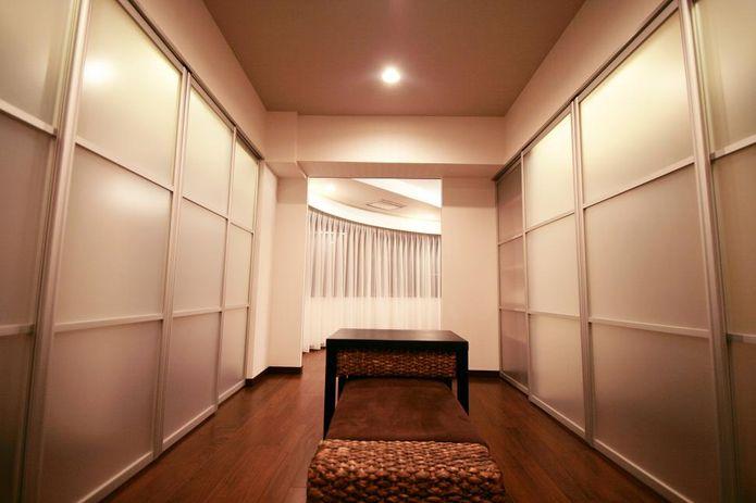 【リノベ暮らしな人々】開口部を変更したバスルームから、大型ウォークインスル―クローゼット を抜け半円型の主寝室へ...。