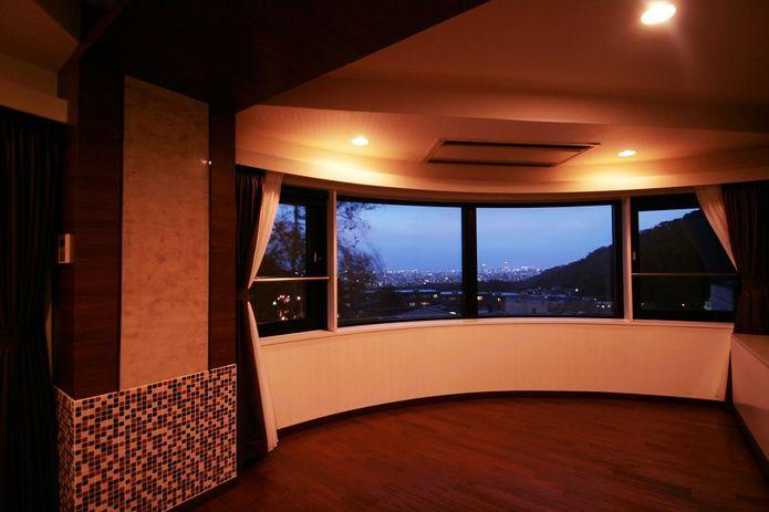 【リノベ暮らしな人々】半円を描く窓からは、札幌市内の夜景を一望できます。