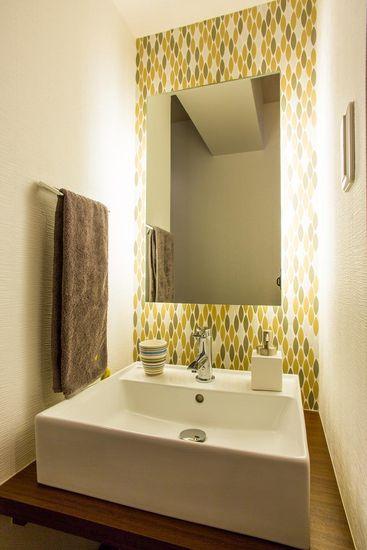 【リノベ暮らしな人々】ホールの手洗いは、モザイクタイルと間接照明で演出。