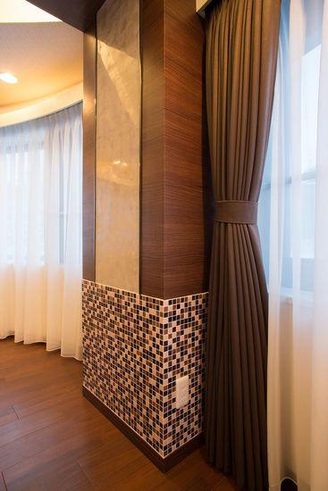 【リノベ暮らしな人々】構造梁はイタリアンガラスモザイクとイタリア漆喰「ベネチアーノ サンドスト―ン仕上げ」で演出。