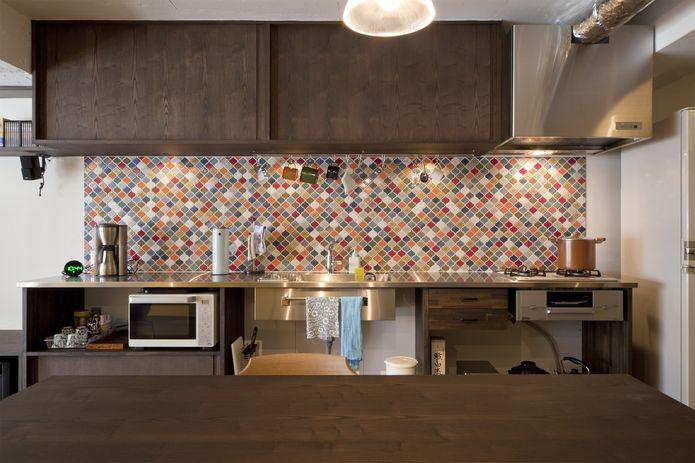 【リノベ暮らしな人々】全て造作したオリジナルキッチン。壁に設えたカラフルなタイルの効果で明るい空間となった