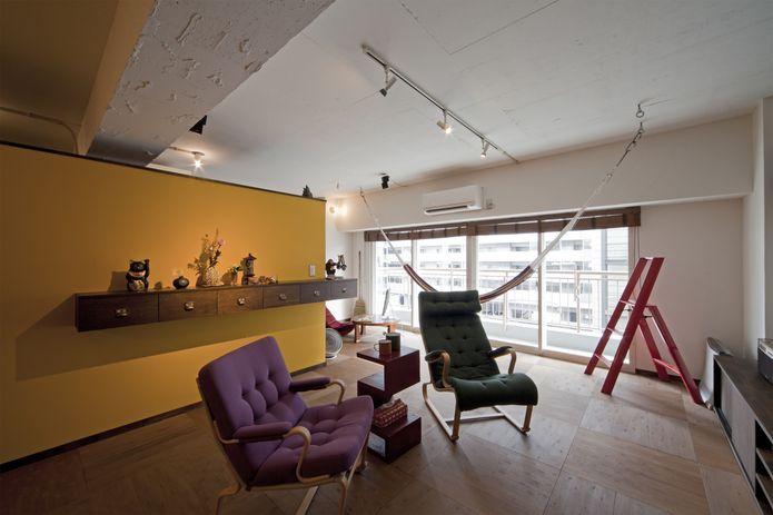 【リノベ暮らしな人々】ユーカリ素材のフロアと造作家具、カラシ色のアクセントウォール...素材と色のバランスが絶妙にマッチしたリビング