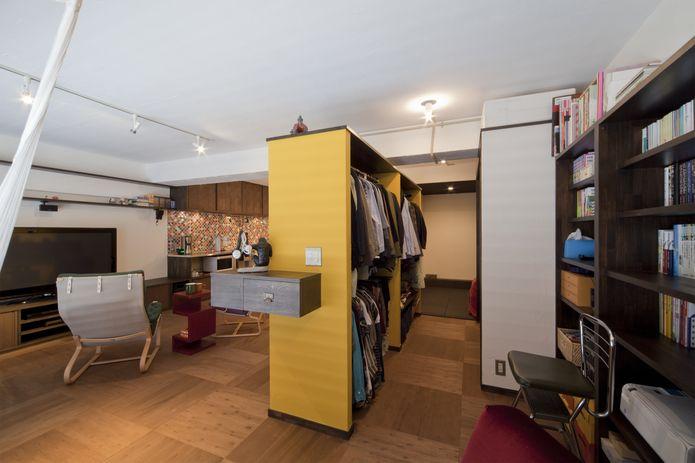 【リノベ暮らしな人々】アクセントウォールの裏側には大きな収納が。洋服をかけたり布団をしまったり、ゆとりの広さを確保した
