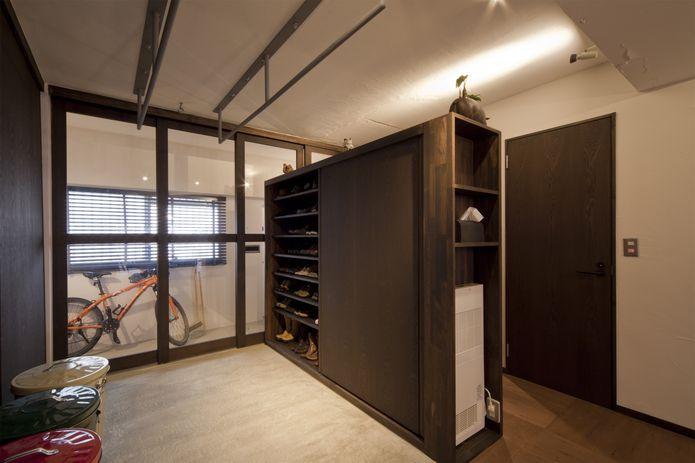 【リノベ暮らしな人々】玄関を開けると和モダンな土間空間が現れる。来客時に室内が見えないようガラスの引き戸で区切り、プライバシーに配慮