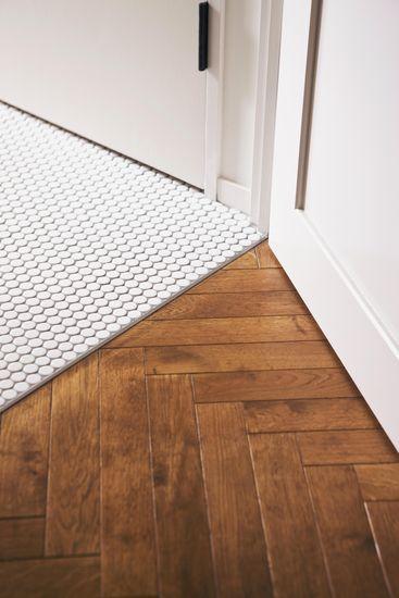 【リノベ暮らしな人々】リビングにはナラ無垢材のヘリンボーン貼、廊下には丸モザイクタイルを使用。