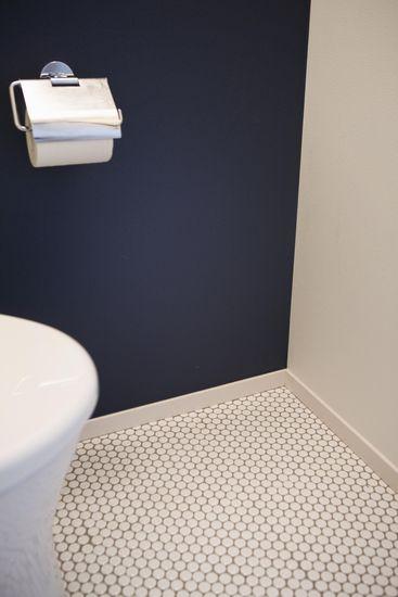 【リノベ暮らしな人々】トイレの壁には濃紺色を採用し、落ち着きのある空間を演出。