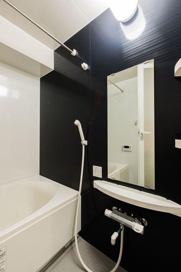 【リノベ暮らしな人々】壁のブラックパネルが浴室をスタイリッシュに演出