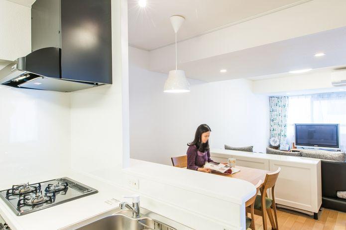 【リノベ暮らしな人々】キッチンの吊り戸棚をなくすことで開放感のある空間に