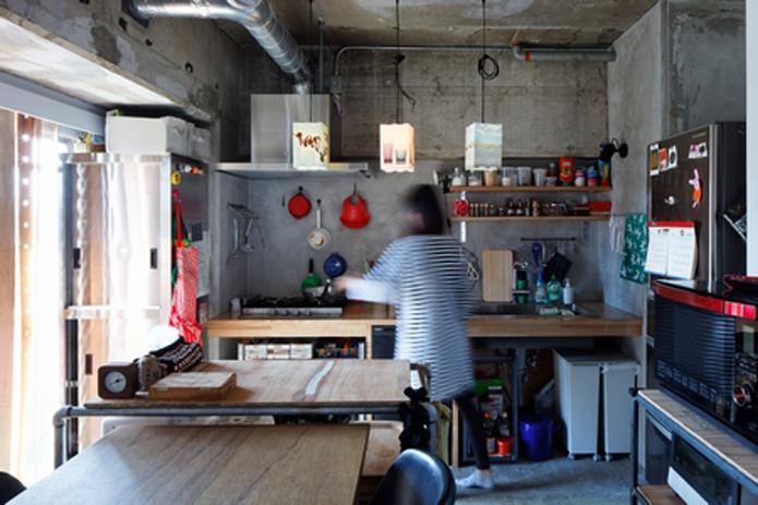 【リノベ暮らしな人々】木製天板にシンク・ガスコンロ・食洗機を組み込ませたキッチン
