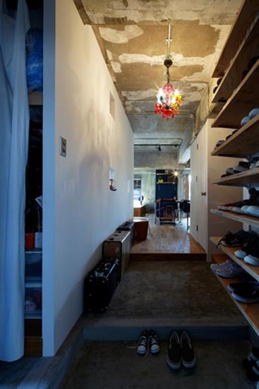 【リノベ暮らしな人々】構造用合板の可動棚にすっきりと収まったたくさんの靴