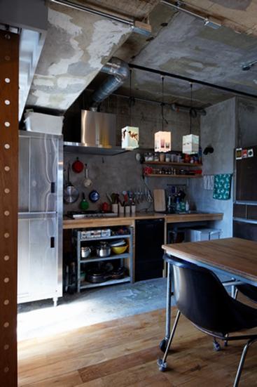 【リノベ暮らしな人々】キッチンの土間。フローリングとの境目がキッチンとダイニングの境目になっています