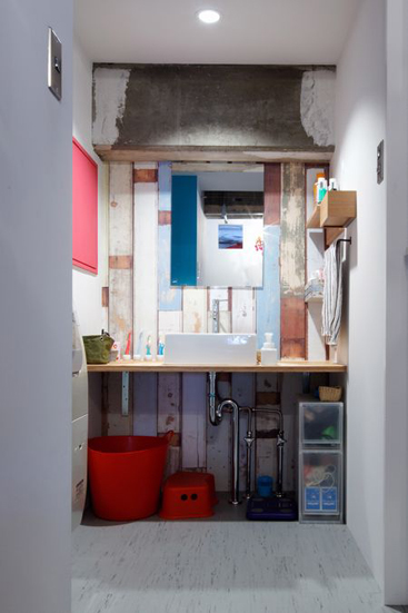 【リノベ暮らしな人々】雑貨や小物で飾られたカラフルな洗面台
