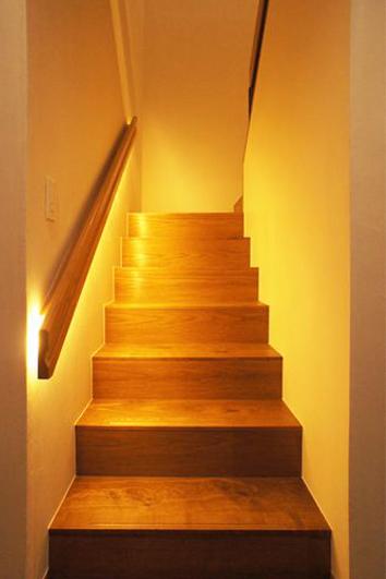 【リノベ暮らしな人々】暗くなりがちな階段は、間接照明で足元を明るく照らしました