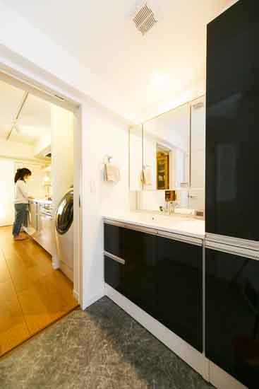 【リノベ暮らしな人々】キッチン・洗濯機・洗面室と導線を一直線にすることで効率よく家事がこなせます