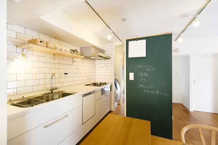 【リノベ暮らしな人々】キッチンの黒板は子どものお絵かきだけでなく、家族への伝言板としても大活躍
