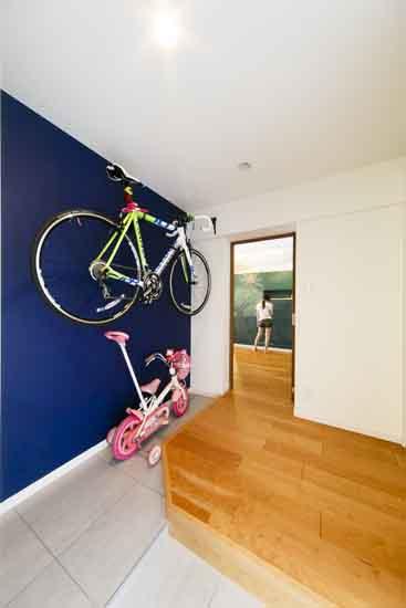 【リノベ暮らしな人々】ロードバイクも掛けられる玄関土間。鮮やかなブルーの黒板塗装は、家族みんなの共同作業です