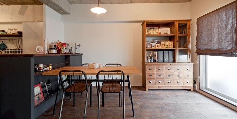 「ラスティックな店舗用床材を使うことで、古い校舎のような味わい深い住まいに」 株式会社シンプルハウス